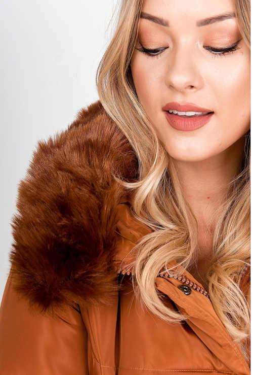 Melegítő róka a téli kabát kapucniján