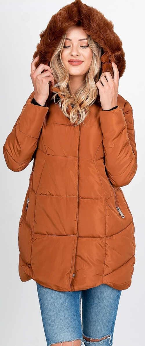 Világosbarna steppelt női téli kabát, szőrmével a motorháztetőn