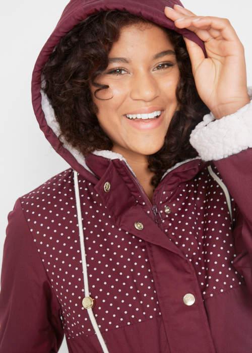 Női téli kabát meleg szőrmével a kapucniban