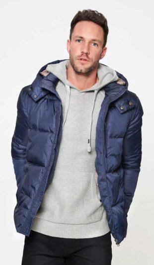 Meleg férfi téli kabát kapucnival és állógallérral