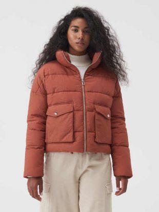 Női steppelt kabát rövid szabásban, magas állógallérral